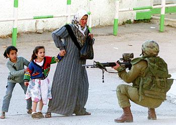 Ce que dit l'arrestation d'un enfant de cinq ans (Afps) dans Anticolonialisme Palestine-Soldat-Israelien-1-2